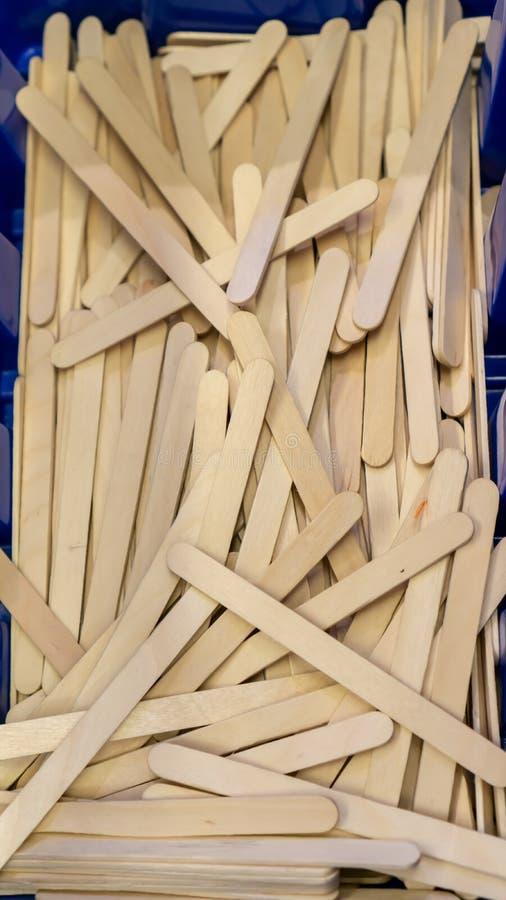 Houten de stokstapel van de ijsbar in doos Materiaal voor jong geitjeproject stock afbeeldingen