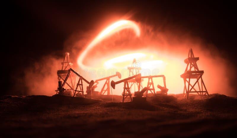 Houten decoratie Van de het booreilandenergie van de oliepomp de industri?le machine voor aardolie op de zonsondergangachtergrond royalty-vrije stock afbeeldingen