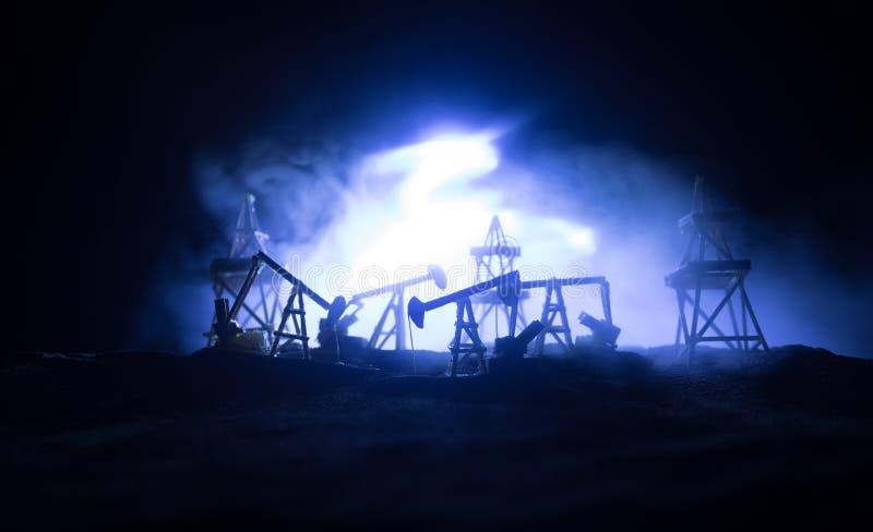 Houten decoratie Van de het booreilandenergie van de oliepomp de industri?le machine voor aardolie op de zonsondergangachtergrond royalty-vrije stock foto's