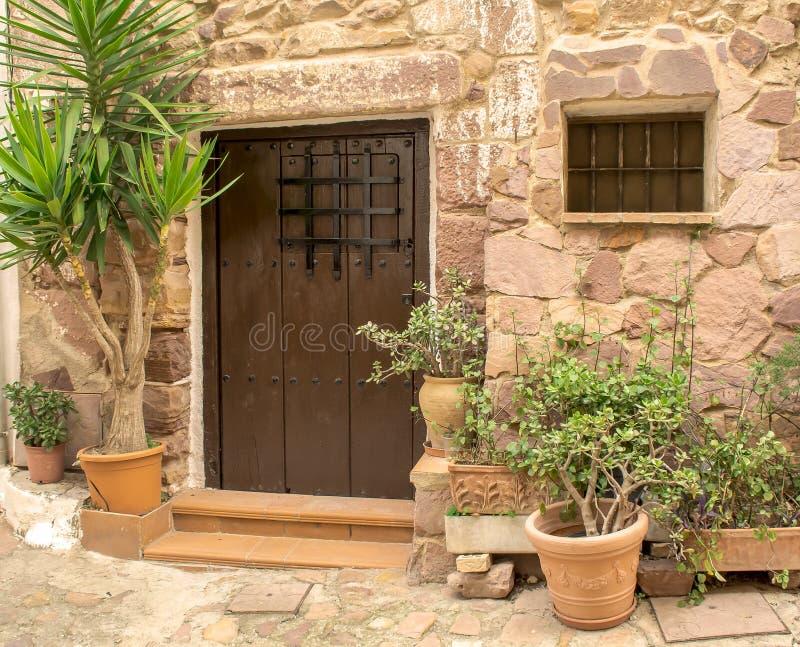 Houten deur in een oud Spaans huis stock foto's