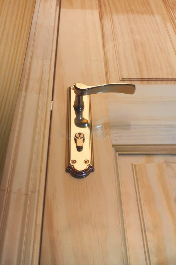 Houten deur en handvat stock afbeelding