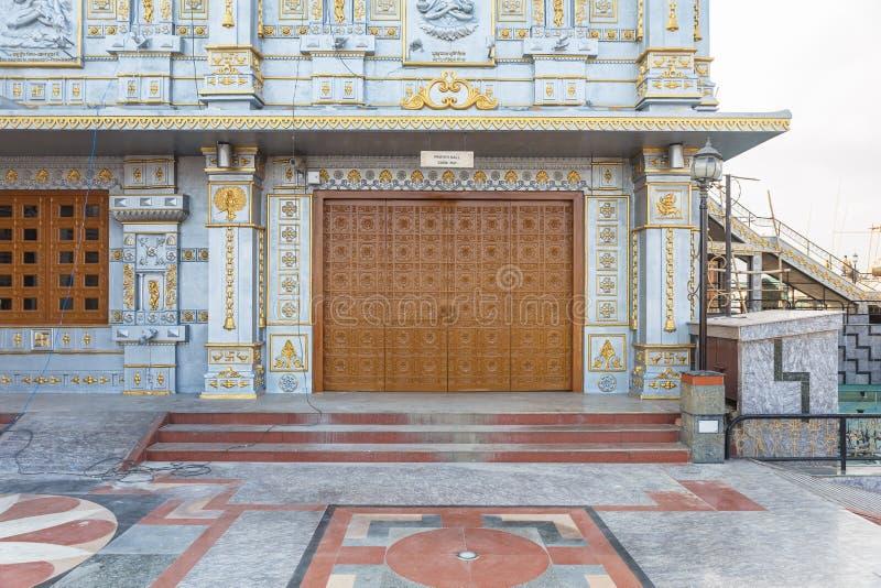 Houten deur en muurdetail van Tempel van Lord Shiva in Siddhesvara Dhaam in Namchi Sikkim, India stock fotografie