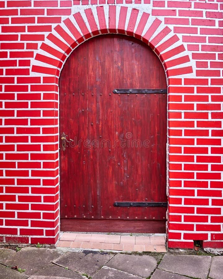 Houten deur en rode bakstenen muur stock foto
