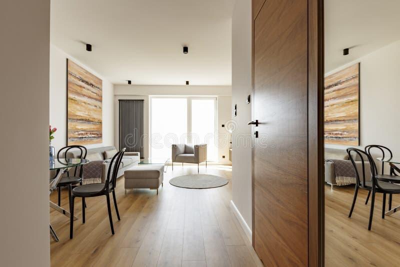 Houten deur in helder open plekbinnenland met stoel en colorfu royalty-vrije stock foto