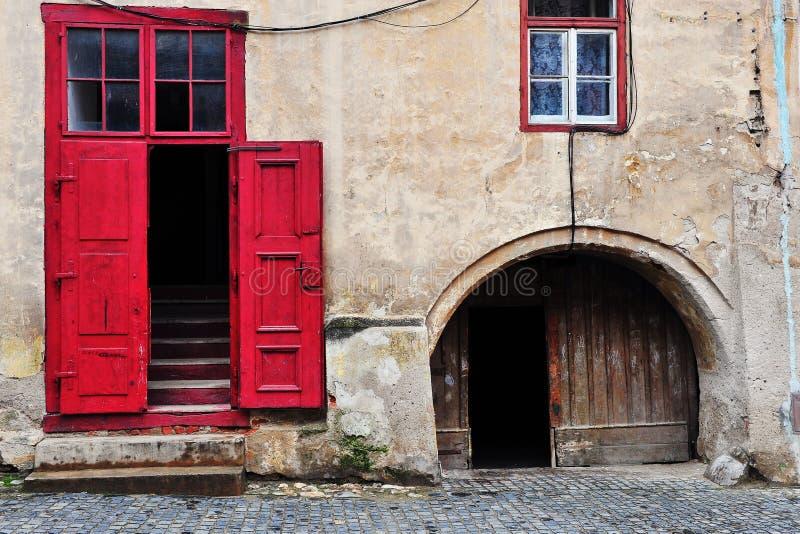 Houten deur in het oude Europese huis stock fotografie