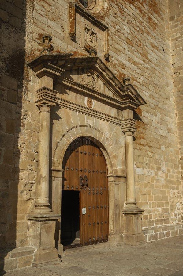 Houten deur met gewerkte middeleeuwse steendecoratie in Trujillo stock foto's
