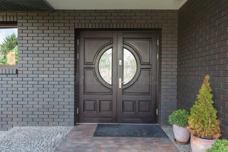 Houten deur met glas stock afbeelding