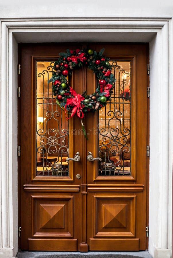 Houten deur met Kerstmiskroon royalty-vrije stock foto