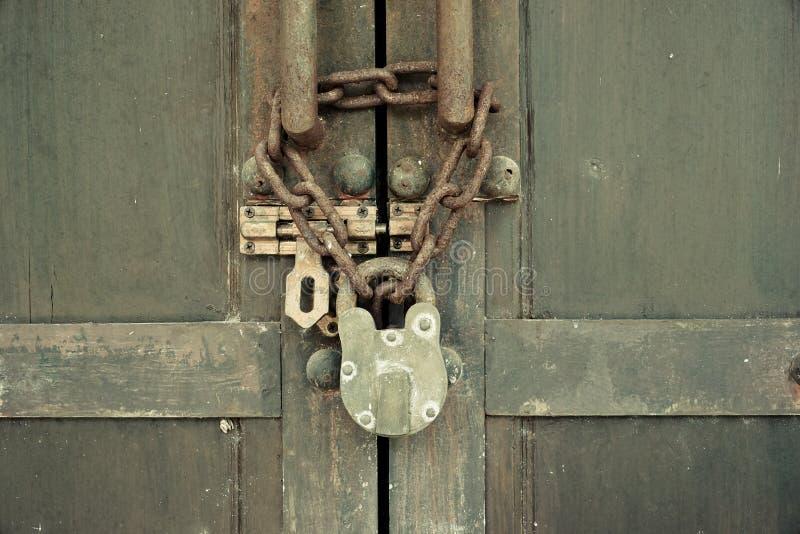 Houten deur met oud ketting en hangslot royalty-vrije stock foto's