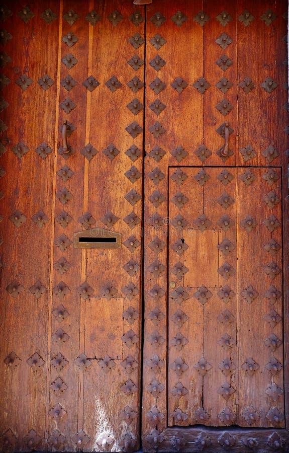 Houten deur in Toledo met oude spijkers Spanje stock foto's