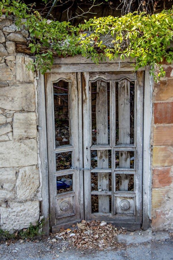 Houten deur van een verlaten huis stock foto's
