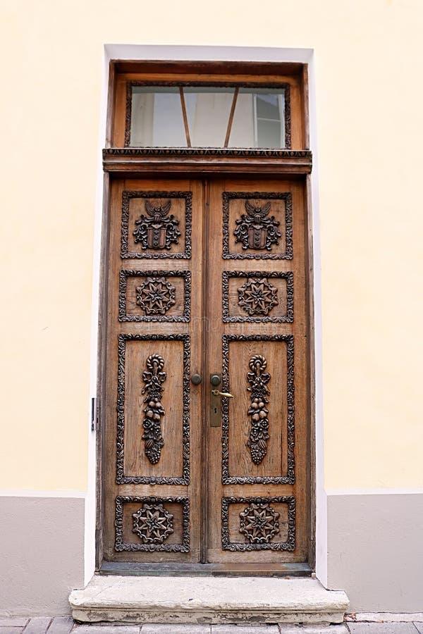 Houten deur van het gebouw in Tallinn, Estland royalty-vrije stock foto's