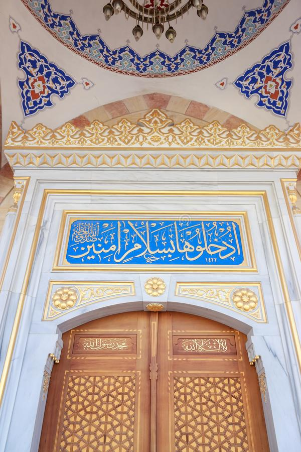 Houten deur van moskee met Islamitische kalligrafie stock foto
