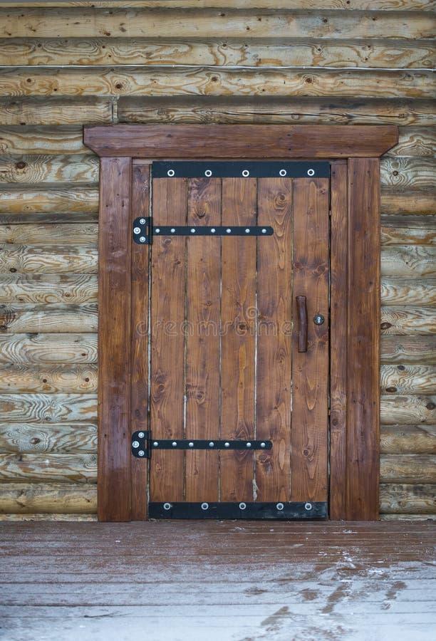 Houten deur van traditioneel straalbuitenhuis royalty-vrije stock afbeelding