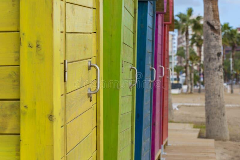 Houten deuren op een rij stock afbeeldingen