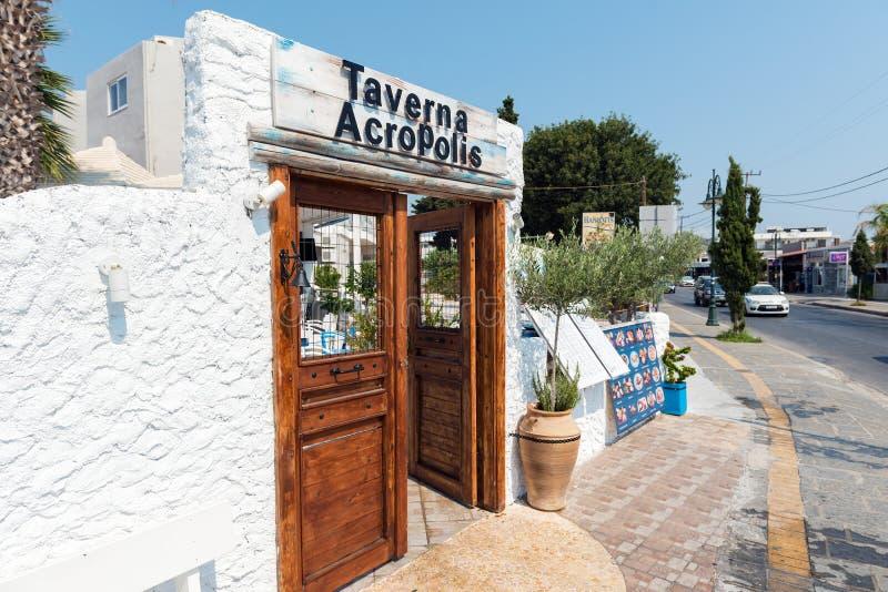 Houten deuren in witte boog als decoratie van de herbergingang Het eiland van Rhodos, Griekenland stock foto's