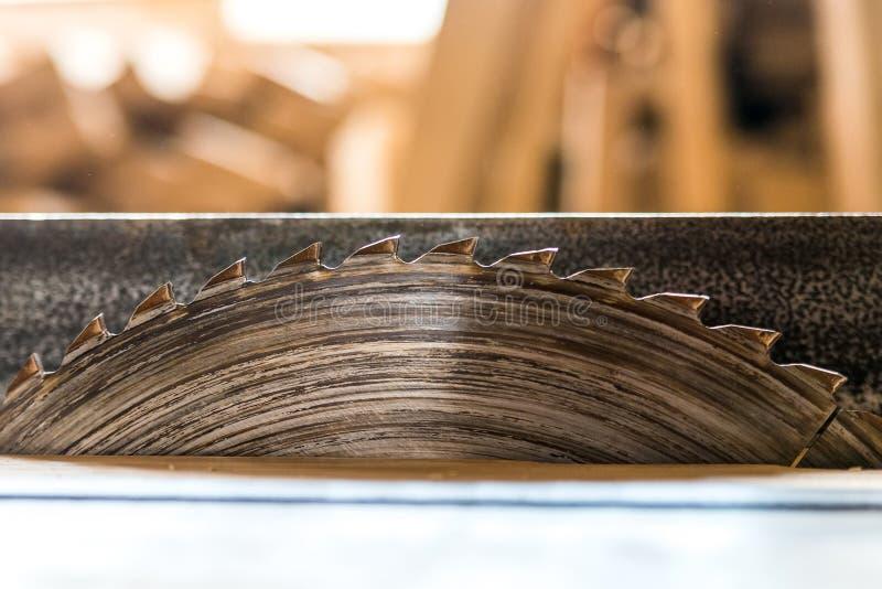 Houten dichte omhooggaand van cirkelzaagbesnoeiingen stock foto