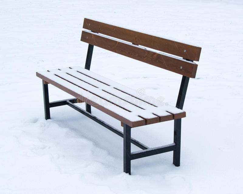 Houten die bank met sneeuw wordt behandeld - Kerstmis van de de wintertijd stock afbeelding