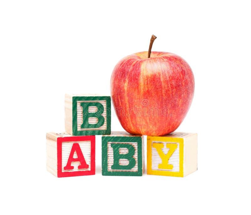Houten die blokken en appel met baby op witte achtergrond wordt geïsoleerd royalty-vrije stock afbeeldingen
