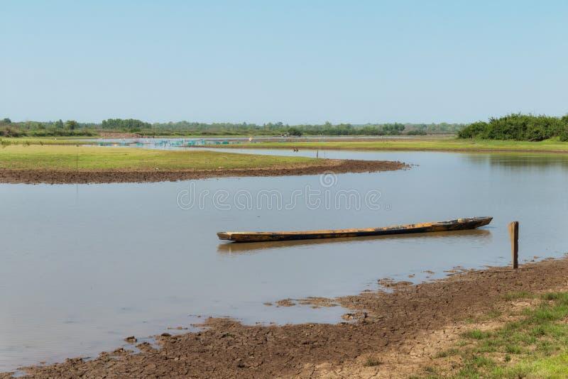 Houten die boot op de rivier wordt vastgelegd Water in de droogte royalty-vrije stock fotografie