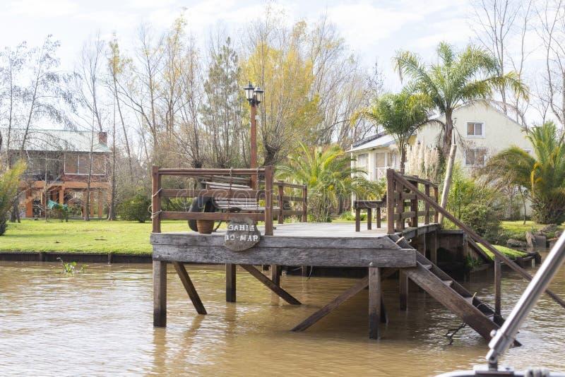 Houten die dok van boot in Delta del Parana wordt gezien, Tigre Buenos aires Argentinië stock fotografie