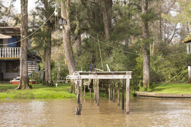 Houten die dok van boot in Delta del Parana wordt gezien, Tigre Buenos aires Argentinië stock foto's
