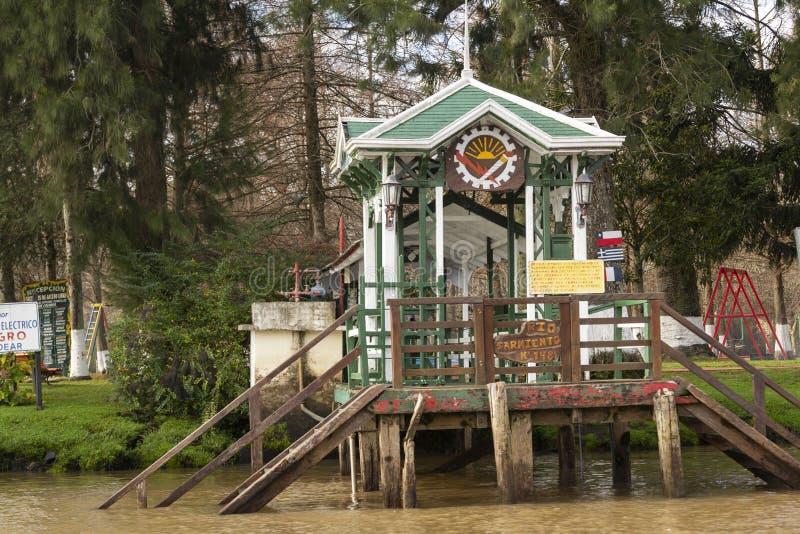 Houten die dok van boot in Delta del Parana wordt gezien, Tigre Buenos aires Argentinië royalty-vrije stock afbeeldingen