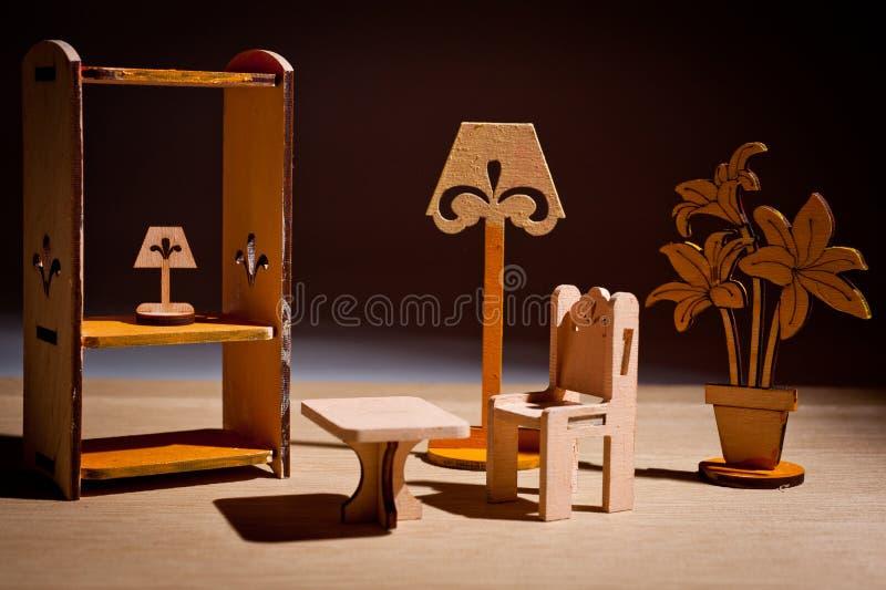 Houten die kinderen` s stuk speelgoed meubilair voor poppen in de studio worden geschoten royalty-vrije stock afbeelding