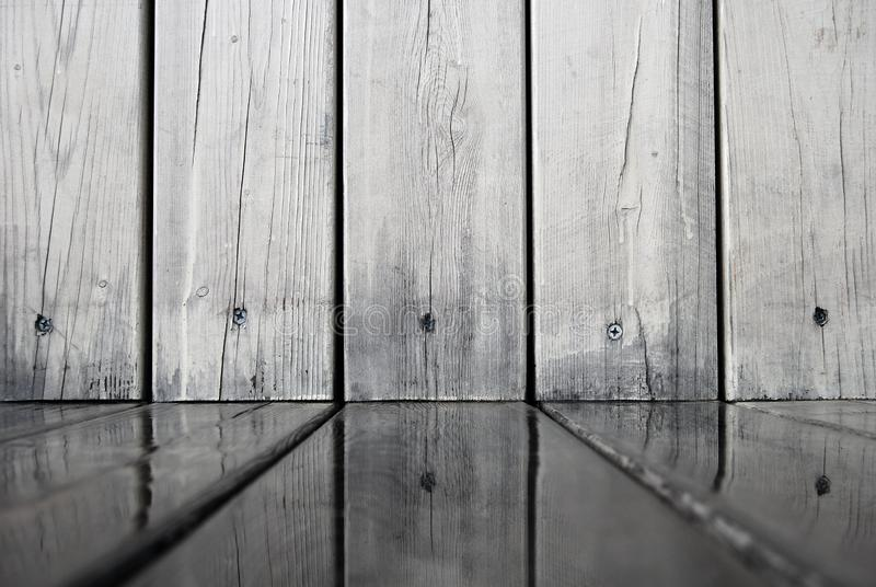 Houten die muurraad in water op de vloer wordt weerspiegeld stock foto