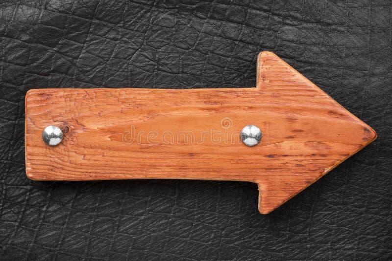 Houten die pijl, de wijzer van raad met bouten wordt gemaakt Lege houten voorziet van wegwijzers royalty-vrije stock afbeelding