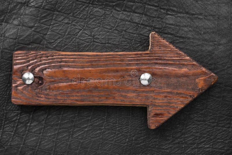Houten die pijl, de wijzer van raad met bouten wordt gemaakt Lege houten voorziet van wegwijzers royalty-vrije stock afbeeldingen