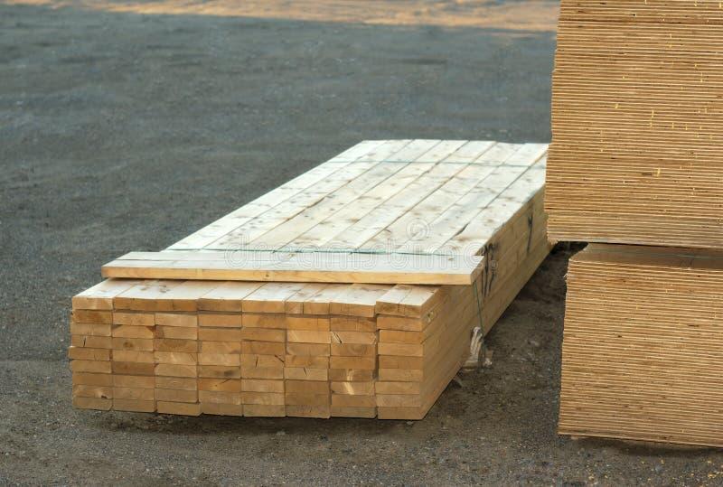 Houten die planken op bouwwerf worden gestapeld royalty-vrije stock foto