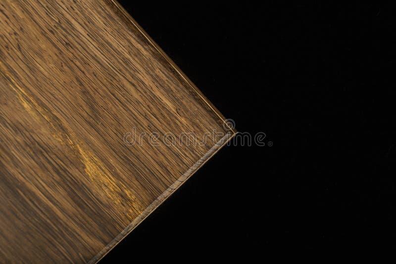 Houten die product van hout op een zwarte achtergrond wordt gemaakt royalty-vrije stock afbeeldingen