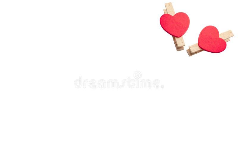Houten doekpinnen met rood die hart op witte achtergrond wordt geïsoleerd royalty-vrije stock fotografie