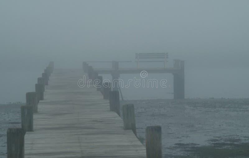Houten dok in mist royalty-vrije stock fotografie