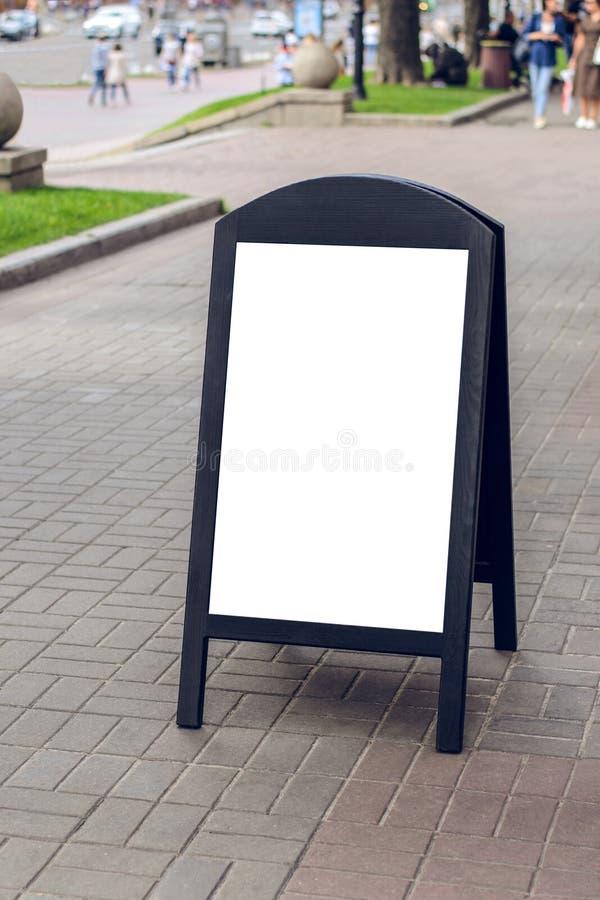Houten donker restaurantuithangbord op straat met plaats voor uw tekst op het de objecten van de de advertentiereclame van de rec royalty-vrije stock foto's