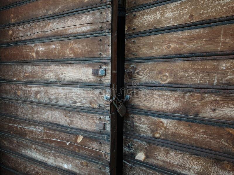 Houten doorstane antieke die poorten met hangslot worden gesloten stock foto's