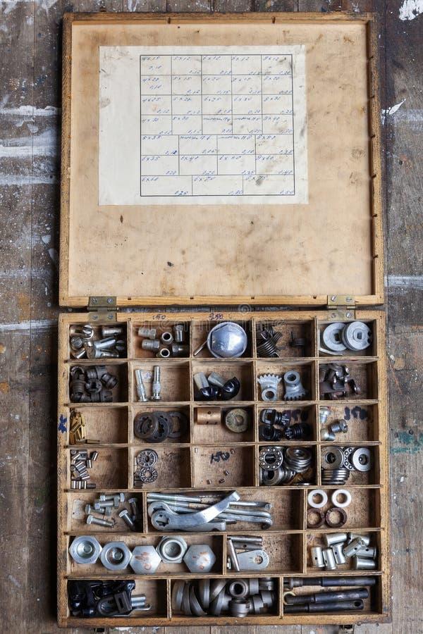 Houten doos met een assortiment van hardware royalty-vrije stock afbeelding