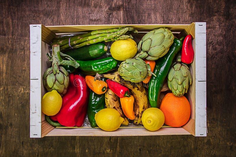 Houten doos met groenten en vruchten gezond en echt voedsel stock afbeeldingen