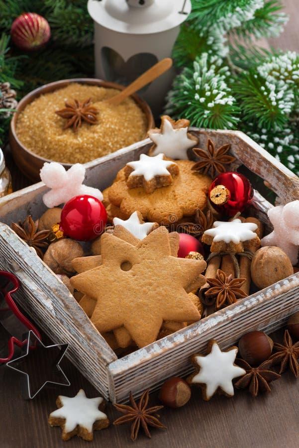 Houten doos met Kerstmiskoekjes, kruiden en decoratie stock fotografie