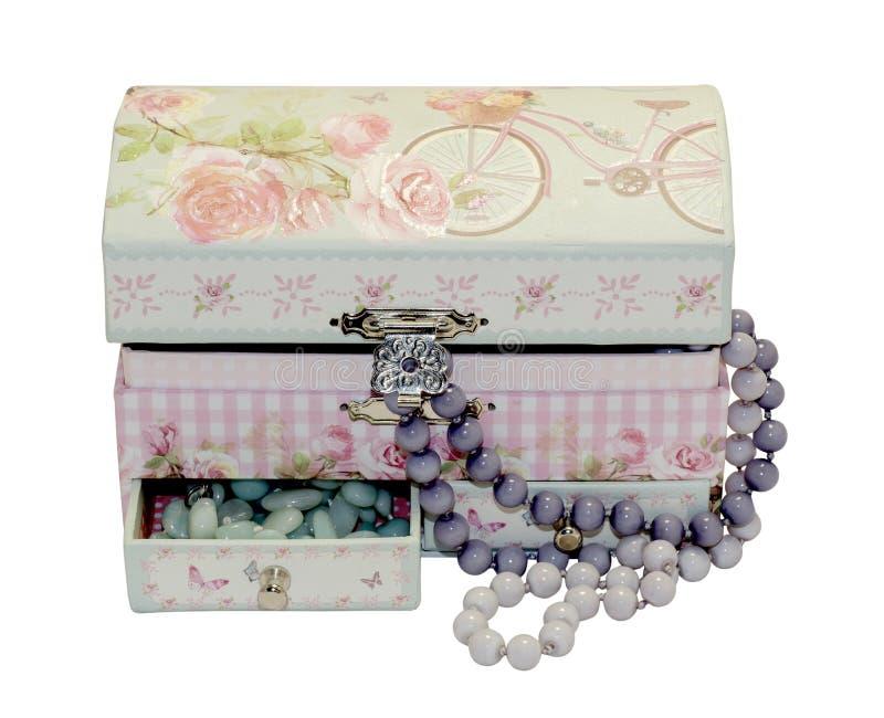 Houten doos met manierparels op witte achtergrond royalty-vrije stock foto
