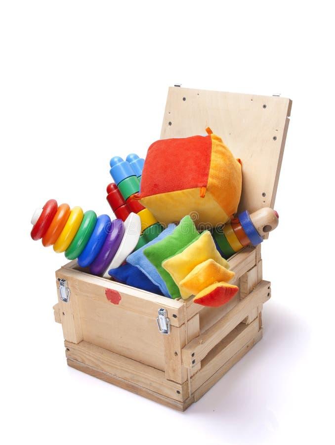 Houten doos met veel speelgoed stock afbeelding
