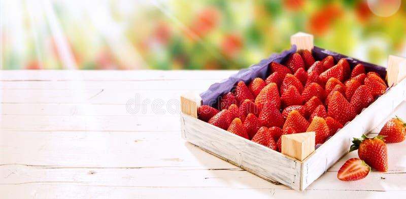 Houten doos van verse rijpe rode aardbeien royalty-vrije stock foto's