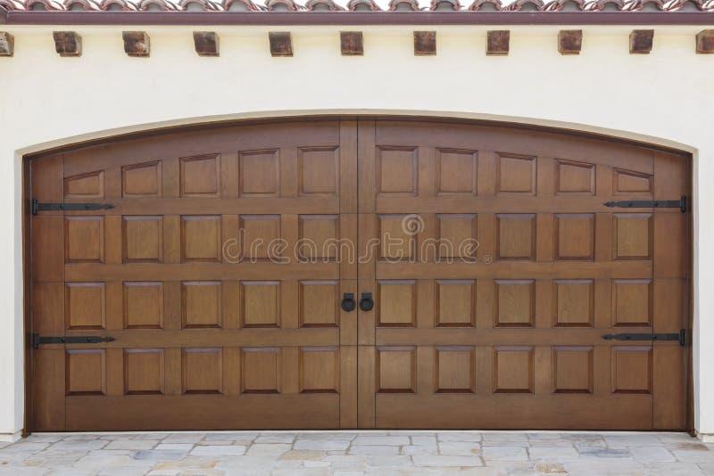 Houten dubbele slingerende garagedeuren van huis royalty-vrije stock afbeelding