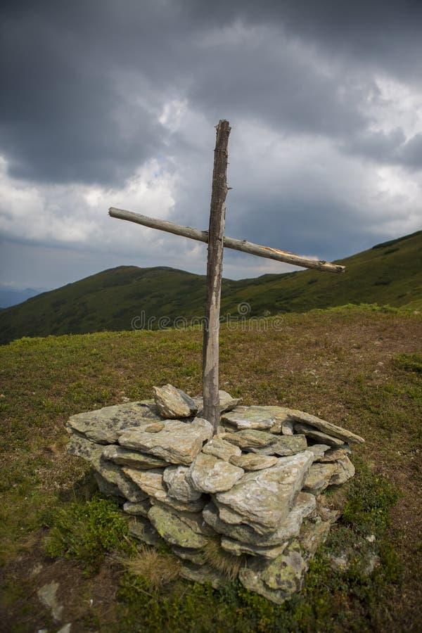 Houten dwarsmonument op berg royalty-vrije stock foto's