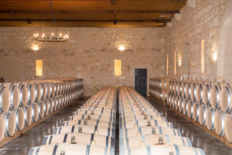 Houten eiken Vaten in Wijnkelder in Bordeaux Wineyard royalty-vrije stock foto