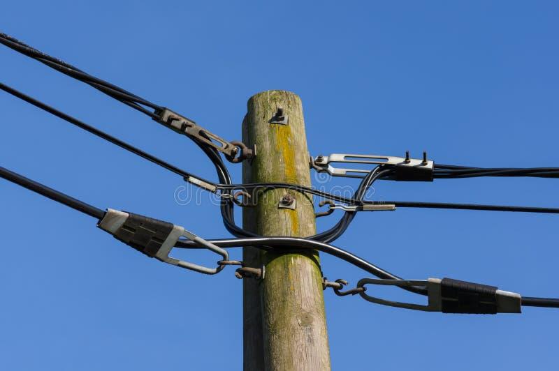 Houten elektriciteitspost tegen blauwe hemel stock foto's