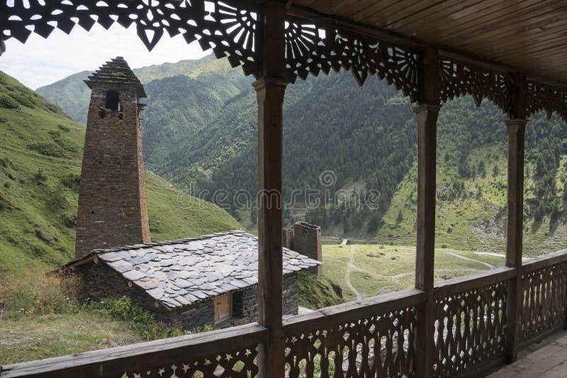 Houten en steenarchitectuur van Tusheti stock foto