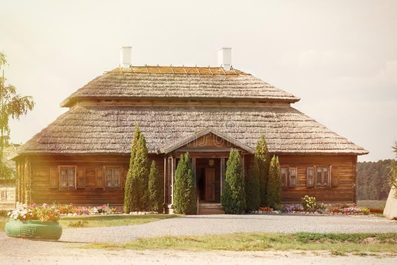 Houten etnische huizen op landelijk landschap - dorp van geboorteplaats van Tadeusz Kosciuszko - Kossovo, Wit-Rusland royalty-vrije stock fotografie