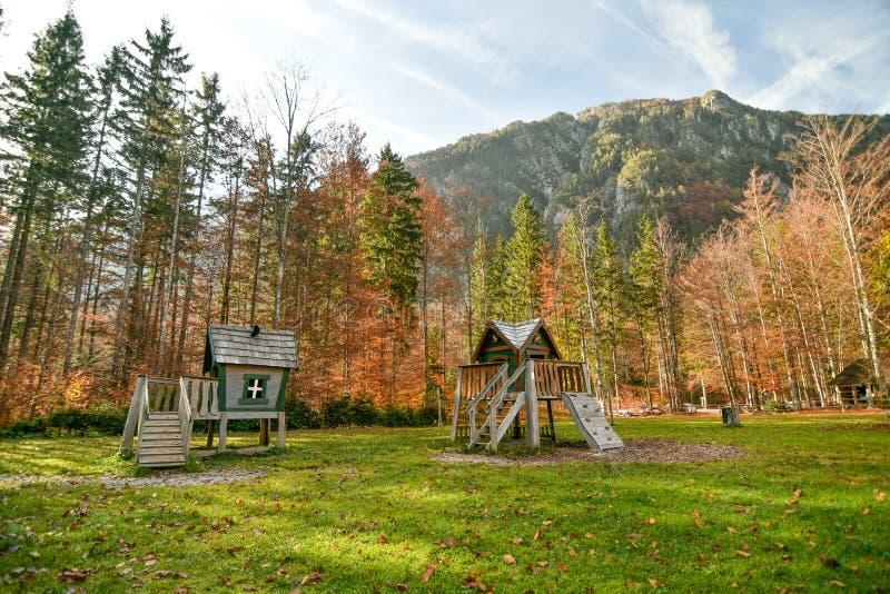 Houten fairytale treehouse, het spelen huis op kinderenspeelplaats stock foto